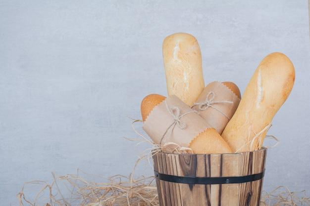 Mini pão com baguete francesa em superfície de mármore