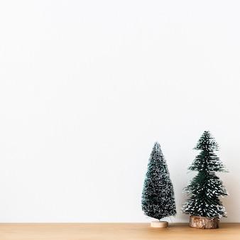Mini pinheiros de natal ao fundo