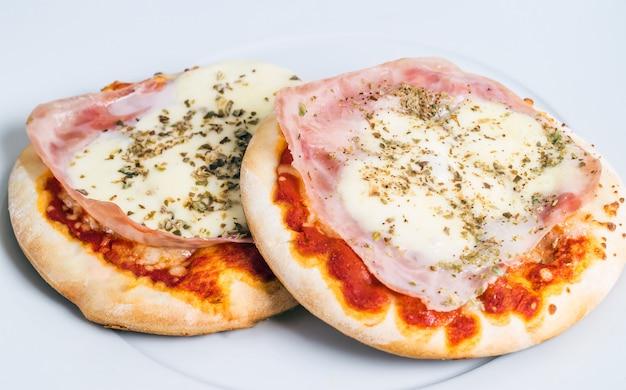 Mini pizza. aperitivo italiano apetitoso