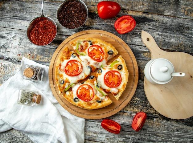 Mini pizza com queijo tomate azeitonas vista superior