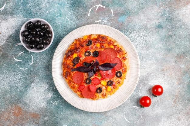 Mini pizzas caseiras frescas.