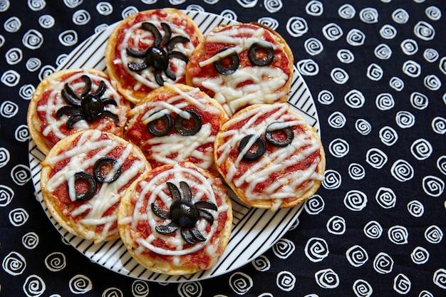 Mini pizzas decoradas com aranhas e múmias para o halloween