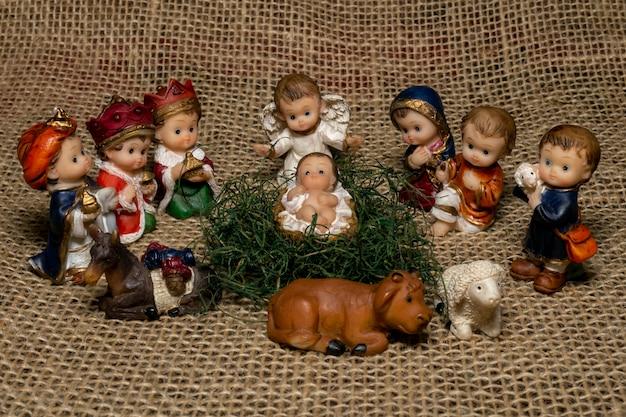 Mini presépio com o menino jesus, os três reis magos, maria e josé, pastor e animais