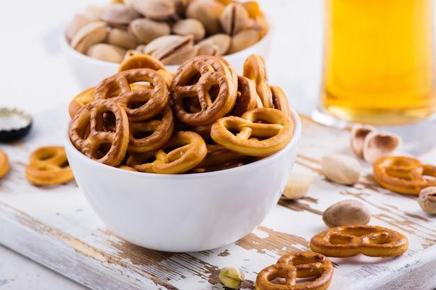 Mini pretzels na placa de madeira