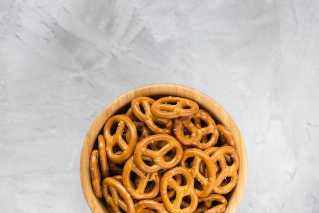 Mini pretzels salgados tradicionais em uma tigela de madeira cinza