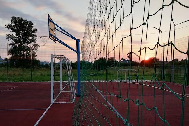 Mini quadra de futebol e basquete ao ar livre