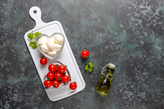 Mini queijo mussarela com tomate cereja.