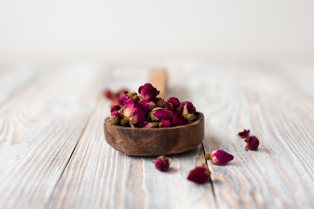 Mini rosas aromáticas de close-up em uma tabela