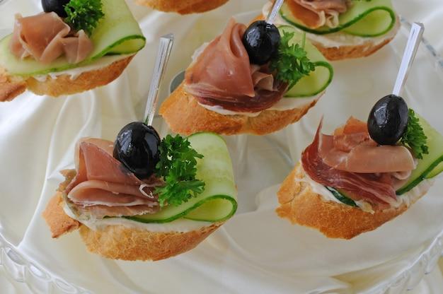 Mini sanduíches com presunto e pepino em uma baguete