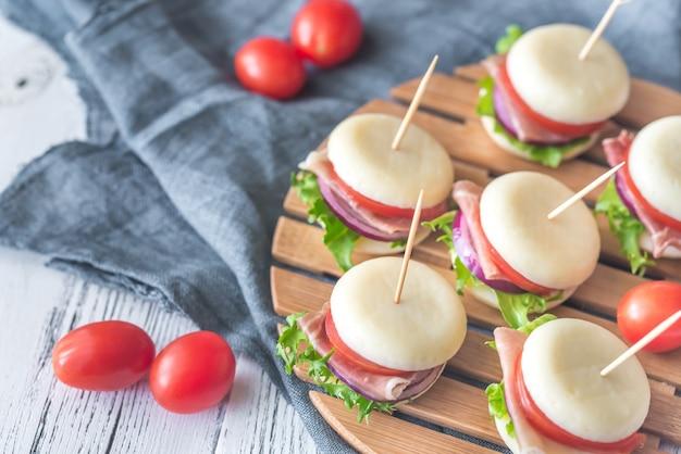 Mini sanduíches de queijo e presunto