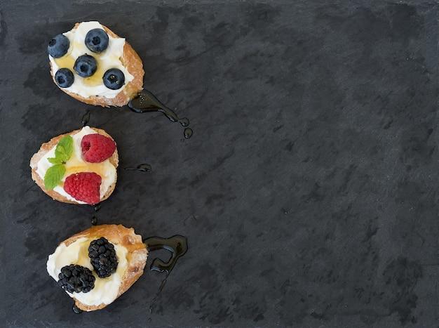 Mini-sandwitches de queijo e frutas de cabra
