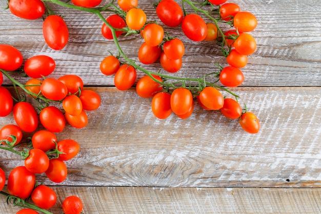Mini tomates plana colocar em uma mesa de madeira