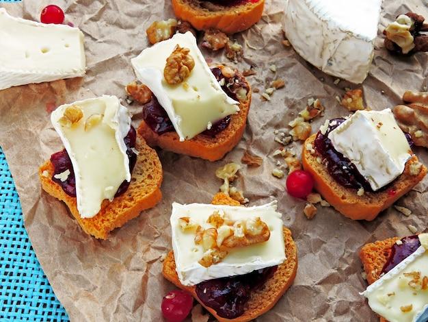 Mini torradas com geléia de amora, camembert e nozes.