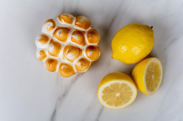Mini torta de limão e limões