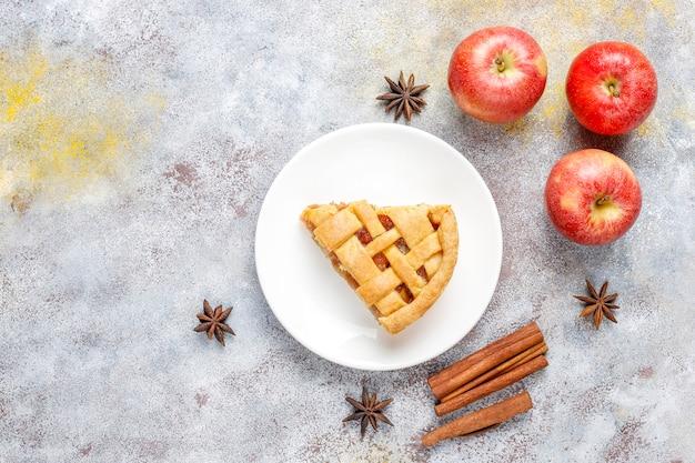 Mini torta de maçã caseira com canela.