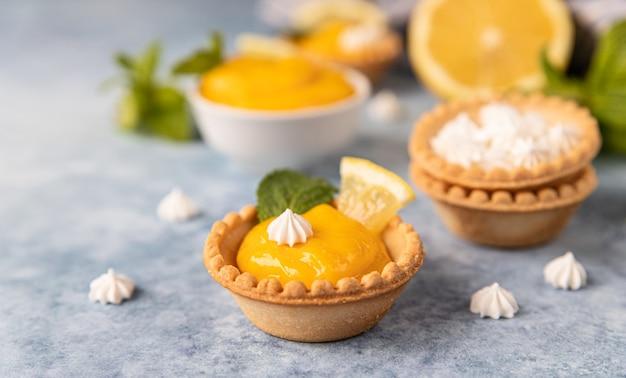Mini tortas com coalhada de limão, mini merengue rodelas de limão e hortelã