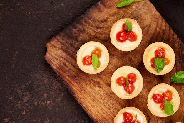 Mini tortas com tomate cereja com queijo mussarela