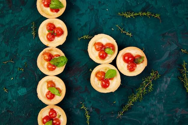 Mini tortas com tomate cereja