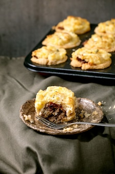 Mini tortas de carne picada com purê de batata