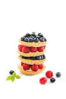 Mini tortas de frutas com creme e frutas vermelhas