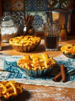 Mini tortas de maçã caseiras em madeira rústica com café