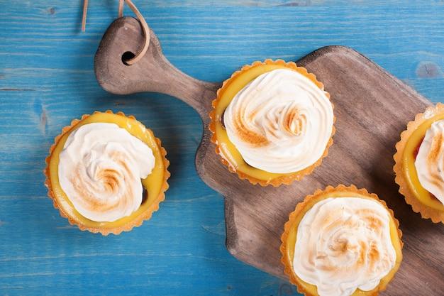 Mini tortinhas de coalhada de limão com merengue.