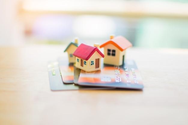 Miniatura da casa no cartão de crédito. assunto está desfocado.