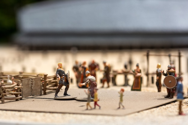 Miniatura de assentamento viking ao ar livre, bravos guerreiros, europa. antiga vila europeia, escandinávia medieval, arquitetura tradicional escandinava, diorama