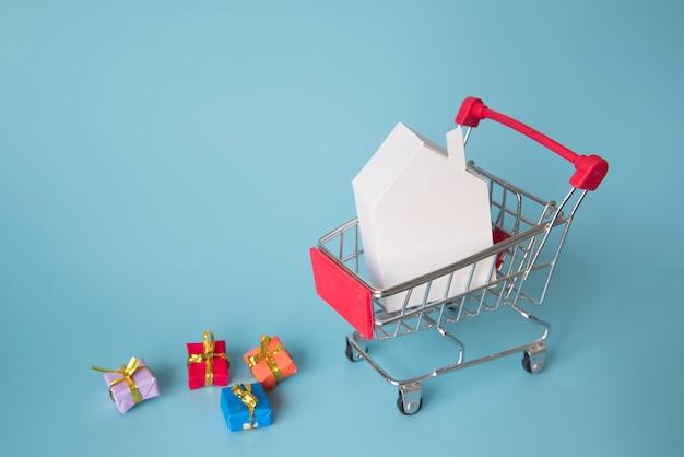 Miniatura de carrinho de compras com mini presentes