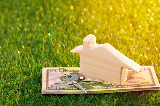 Miniatura de casa de brinquedo de madeira na grama de perto