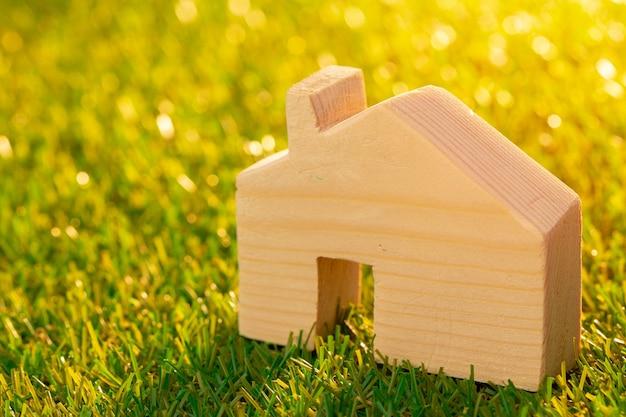 Miniatura de casa de brinquedo de madeira na grama