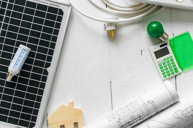 Miniatura de casa de madeira e painel solar close-up