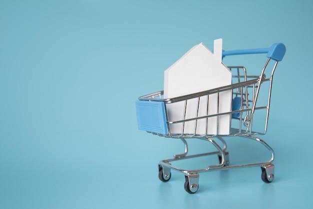 Miniatura de casa no carrinho de compras