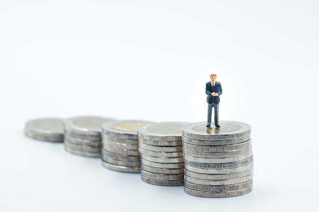 Miniatura de empresário em pé na pilha