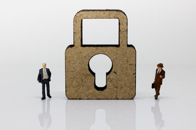 Miniatura de empresários de pé com chave