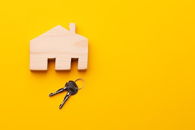 Miniatura de modelo de casa de madeira e chaves de casa