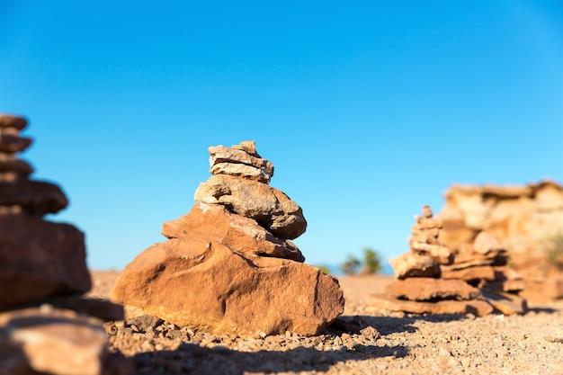 Miniatura de montanha de pedra com desfoque de fundo