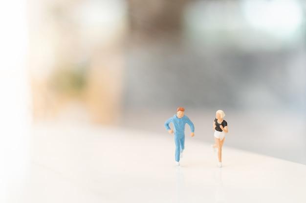 Miniatura pessoas correndo