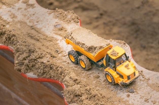 Miniatura plástica de caminhão basculante amarelo