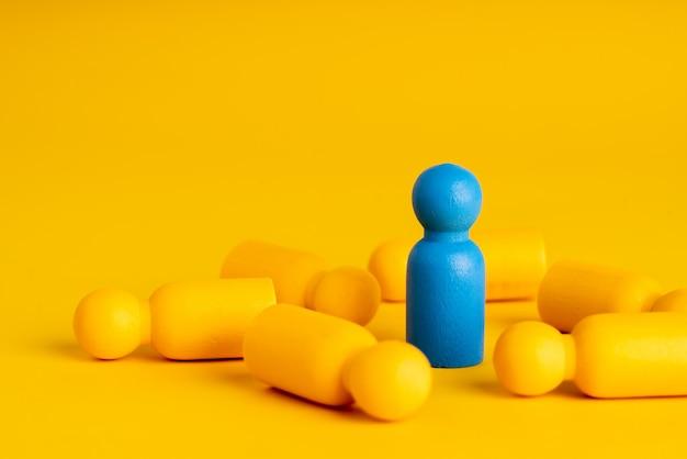 Miniaturas humanas amarelas, deitado sobre uma mesa e um azul
