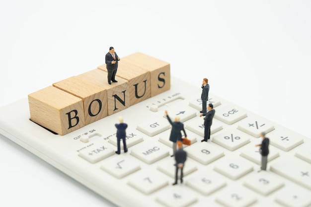 Miniature people empresários à espera de ganhos lucros do negócio