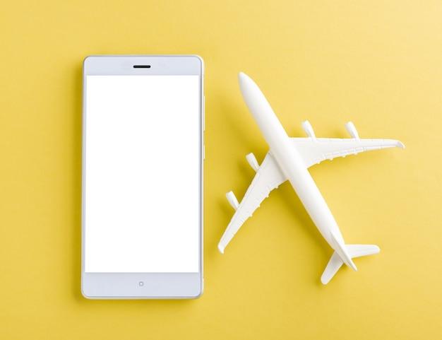 Minimal brinquedo modelo avião, avião e tela em branco do smartphone