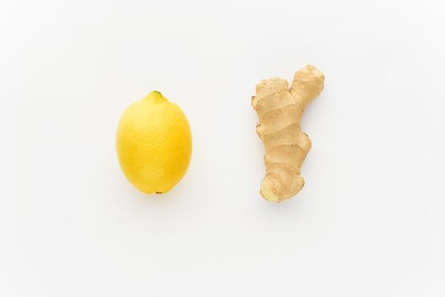 Minimalismo limão e gengibre em um fundo branco. conceito de aumentar a imunidade no inverno