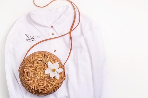Minimalista guarda-roupa de verão das mulheres - saco de palha e camisa de linho