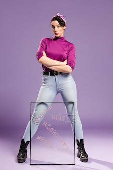 Minimalista mulher segurando vidro transparente com as pernas