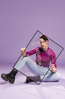Minimalista mulher segurando vidro transparente com aspas