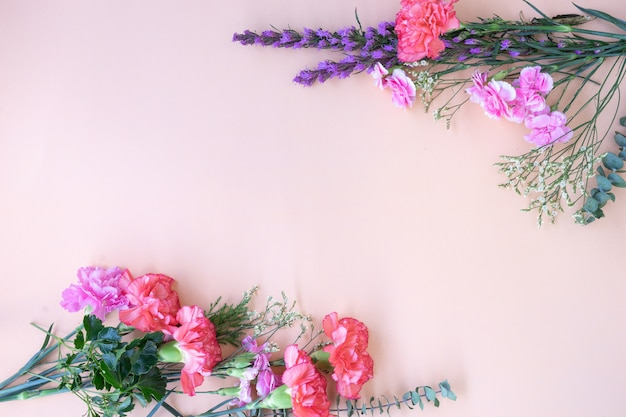 Mínimo flat lay quadro com flores frescas.