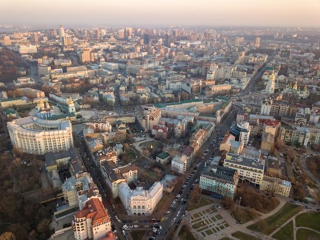 Ministério da administração interna, torre sofievskaya e a praça, a catedral de são miguel, o centro da cidade e vladimirsky proyezd na cidade de kiev, ucrânia. foto de drone