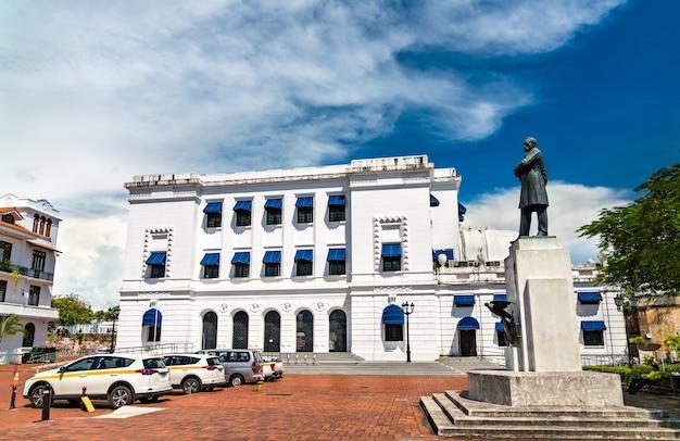 Ministério da cultura e monumento de pablo arosemena na cidade do panamá