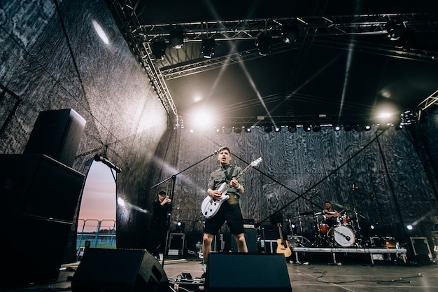 Minsk - 29 de abril de 2018: popular grupo de rock nuteki no palco